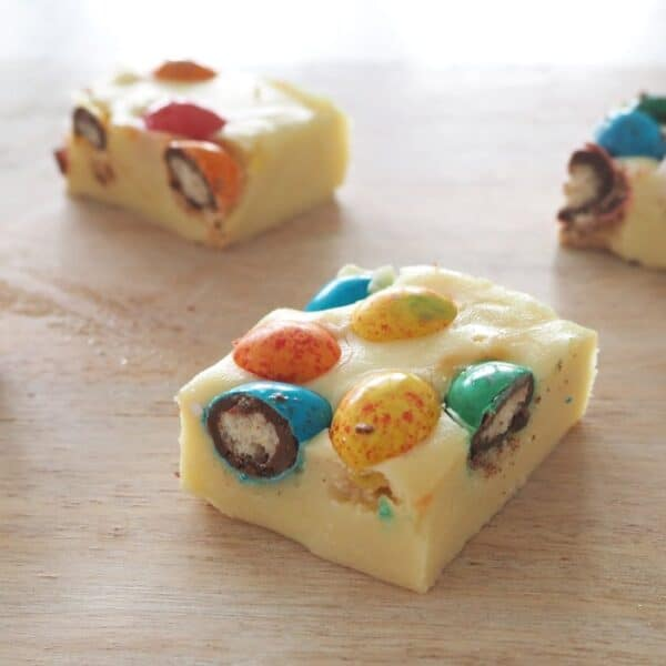 How to make 3 Ingredient Easter Egg Fudge in a Thermomix. A great no bake easter slice recipe!