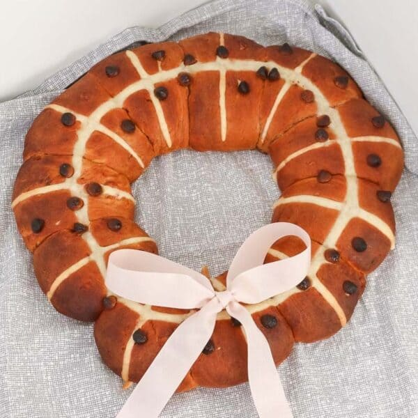 A super cute Thermomix Hot Cross Bun Wreath made with chocolate chips... the perfect Easter breakfast treat!
