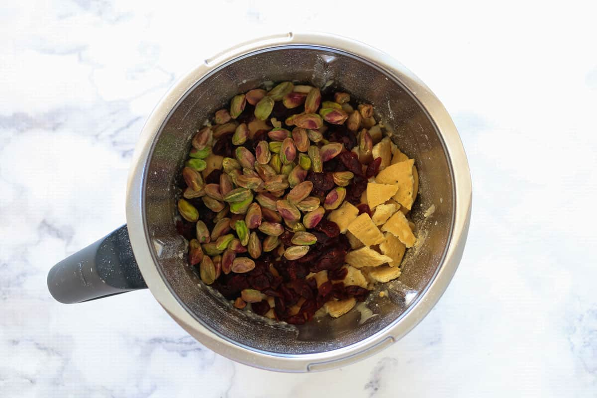 Biscuits, pistachios and cranberries i a Thermomix bowl.